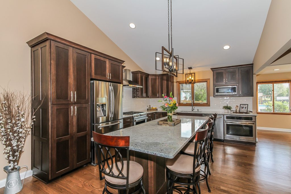 L- Shaped kitchen with large island